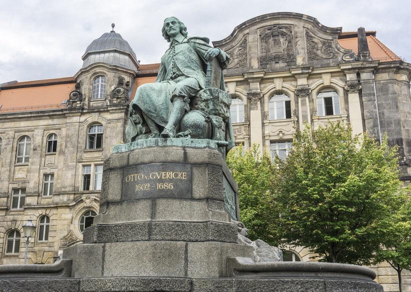 Otto von Guericke Denkmal 05646
